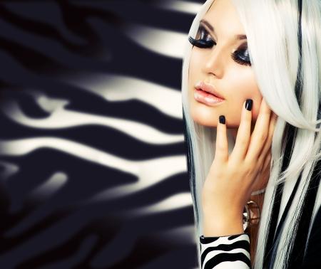falso: Moda y Belleza Chica en blanco y negro estilo de pelo largo blanco