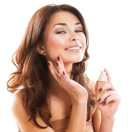 mujer maquillandose: Fundación Mujer Hermosa Aplicación De Maquillaje Foto de archivo