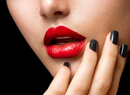 Make-up und Manik�re Schwarz N�gel und rote Lippen