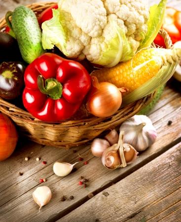 dieta sana: Saludables verduras org�nicas en el fondo de madera Foto de archivo