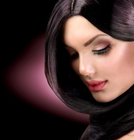 人間の髪の毛: 健康な長い髪の美しいブルネットの少女