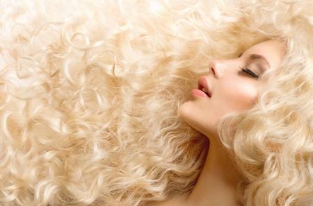 rubia: Curly Hair Fashion Girl With Healthy Cabello ondulado largo Foto de archivo