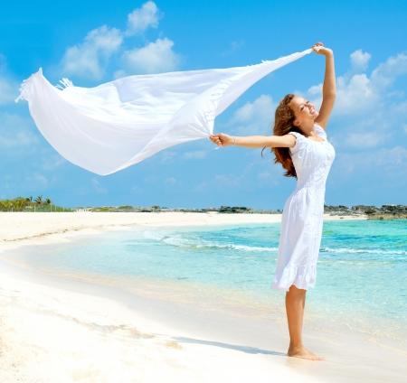 Menina bonita com lenço branco na praia Imagens