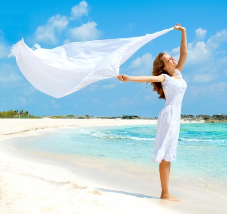 Muchacha Hermosa Con La Bufanda blanca en la playa Foto de archivo