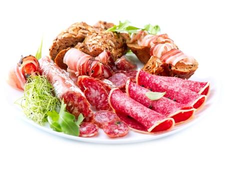 plato del buen comer: Italian Sausage Ham Various, salami y el tocino aislado en blanco