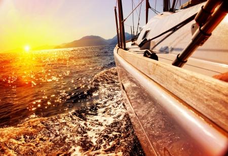 bateau voile: Voilier contre le coucher du soleil Voile Voilier Yachting