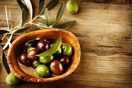italienisches essen: Oliven und Oliven�l Lizenzfreie Bilder