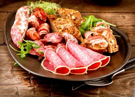 italienisches essen: Sausage Verschiedene italienische Schinken, Salami und Speck Fleisch Lebensmittel