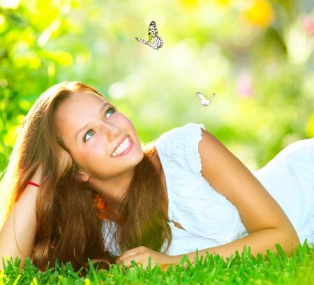 primavera: Spring Beauty Girl Hermosa Mentira en la hierba verde al aire libre