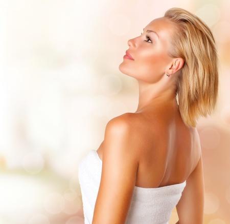 Hermosa mujer joven retrato Spa Beauty Girl in toalla de baño