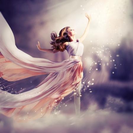 fantasia: Bella muchacha vestida de gasa larga escena de moda de fantas�a Foto de archivo
