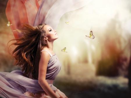 ファンタジーの神秘的な魔法の春の庭で美しい少女