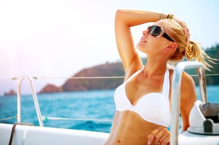 bateau voile: Beautiful Girl reposant sur le style de vie de luxe Yacht Yachting Banque d'images