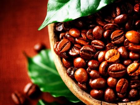 향기로운 커피의 커피 콩 그릇에 근접