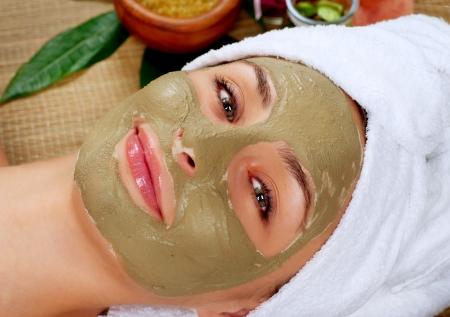 gezichtsbehandeling: Spa Mud Mask Vrouw in Spa Salon