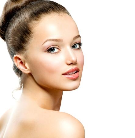 ragazza: Ritratto dell'adolescente di bellezza isolata su uno sfondo bianco