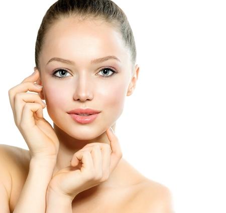 gezicht: Mooie Jonge Vrouw met verse Schone Huid raakt haar gezicht Stockfoto