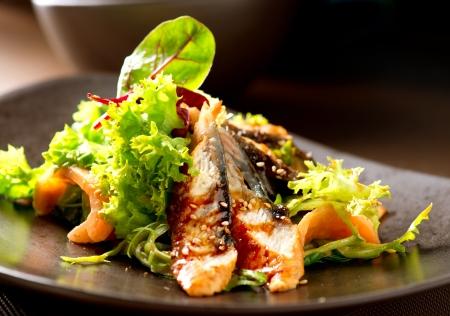 salmon ahumado: Ensalada con anguila ahumada con salsa Unagi Comida Japonesa Foto de archivo