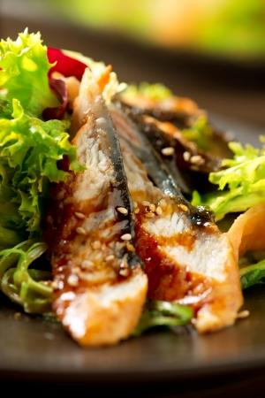 장어 소스와 함께 일본 음식과 훈제 장 어 샐러드 스톡 콘텐츠
