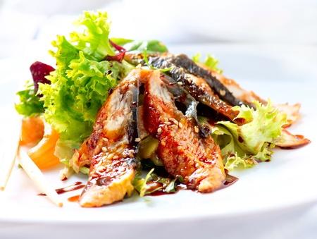plato de comida: Ensalada con anguila ahumada con salsa Unagi Comida Japonesa Foto de archivo