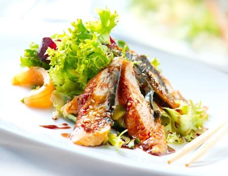comida gourment: Ensalada con anguila ahumada con salsa Unagi Comida Japonesa Foto de archivo
