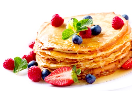 panqueques: Crepes Bayas Pancakes Crepe con pila de aislados en blanco