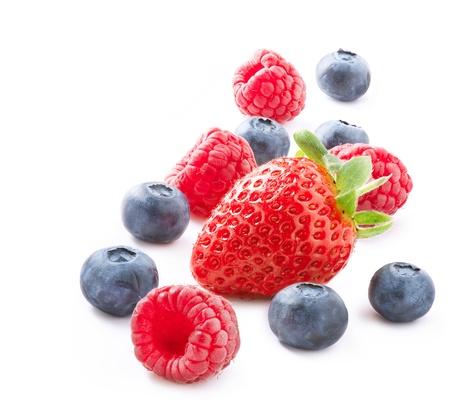 흰색 배경에 고립 된 베리 딸기