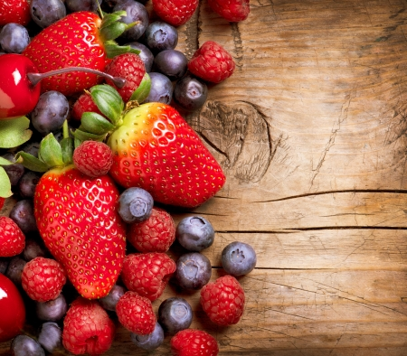 nutrici�n: Bayas en el fondo de madera Berry Org�nica sobre madera
