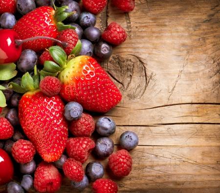 Beeren auf h�lzernen Hintergrund Organic Berry �ber Holz