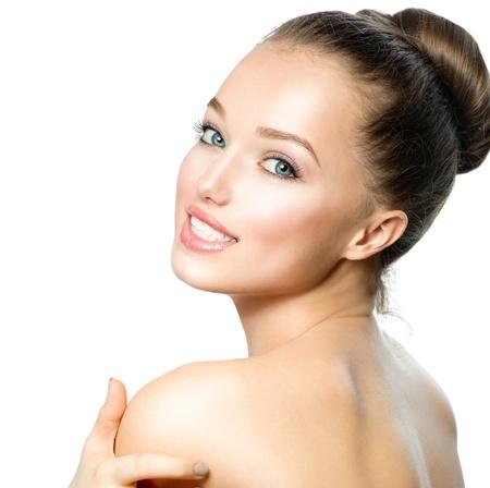 poses de modelos: Retrato de la mujer hermosa joven con la piel limpia y fresca Foto de archivo