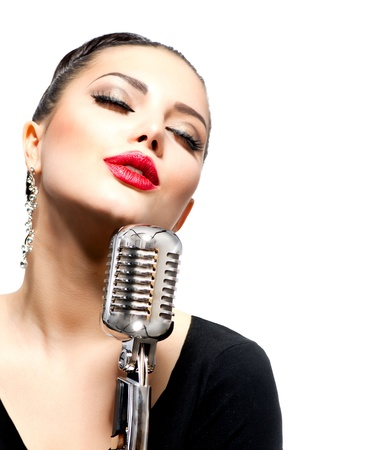cantando: Mujer cantando con micr�fono retro aislado en blanco