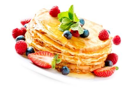 hot cakes: Crepes Bayas Pancakes Crepe con pila de aislados en blanco