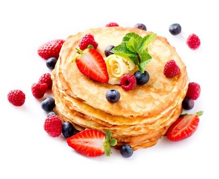 crepas: Crepe con las bayas Stack Pancakes sobre Blanco