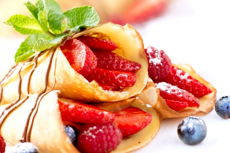 Crepes With Berries over White  免版税图像