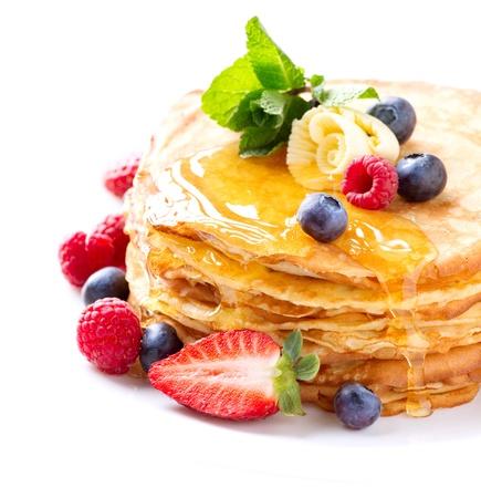 jarabe: Crepe con las bayas Stack Pancakes sobre Blanco