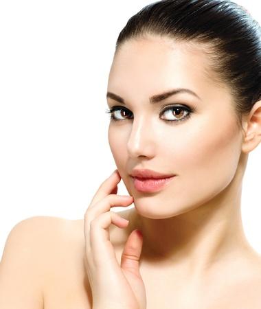 신선한 깨끗한 피부가 그녀의 얼굴을 만지고 아름 다운 젊은 여자 스톡 콘텐츠