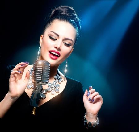 m�sico: Mujer cantando con micr�fono retro