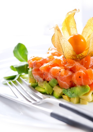 manjar: Tartar de salmón sobre blanco