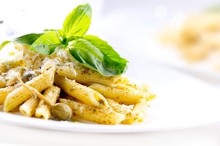 Pasta Penne con pesto Salsa de cocina italiana Foto de archivo - 18697292