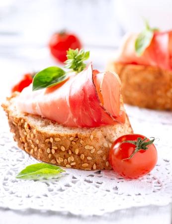 jamones: Jamon rebanadas de pan con jamón serrano español jamón Foto de archivo
