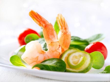 the greens: Prawn salad  Healthy Shrimp Salad with mixed greens and tomatoes  Stock Photo