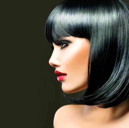unecht: Beautiful Brunette Girl Haircut Frisur