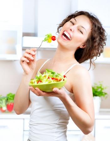 Dieta Krásná mladá žena jíst zeleninový salát dietní Krásná mladá žena jíst zeleninový salát Reklamní fotografie