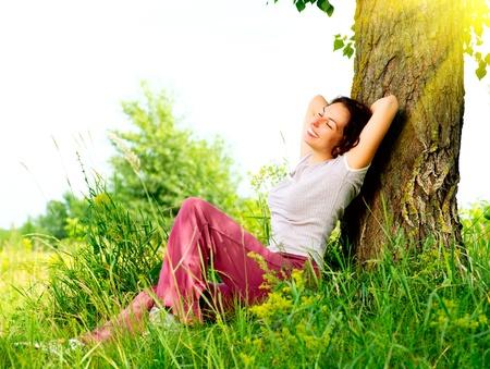 美しい若い女性のリラックスしたアウトドア自然 写真素材