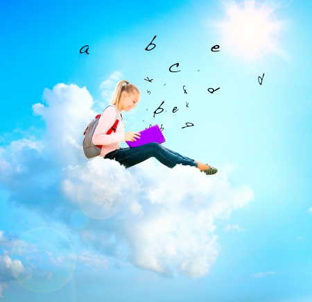 libros volando: Muchacha de la escuela o estudiante en una nube Leyendo un libro Educación Foto de archivo