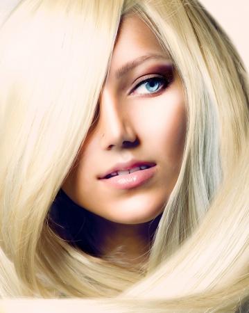 hair dryer: La muchacha hermosa con el pelo largo y rubio
