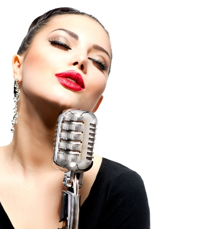 personas cantando: Mujer cantando con micr�fono retro aislado en blanco