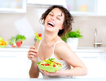 eating: Di�te belle jeune femme manger salade de l�gumes
