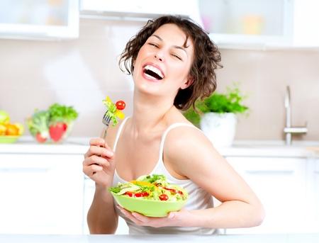 jovenes: Dieta Hermosa mujer joven comiendo ensalada de verduras