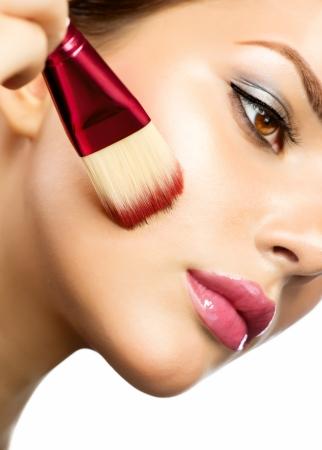 mujer maquillandose: Hermosa mujer joven aplicar maquillaje Foto de archivo